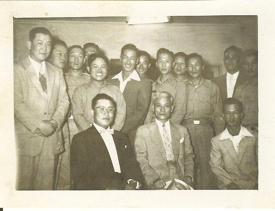 김홍일(맨 앞 가운데) 장군, 김웅수(맨 앞 오른쪽) 장군이 1949년 전우들과 한 자리에 모였다. [김웅수 장군 가족 제공]