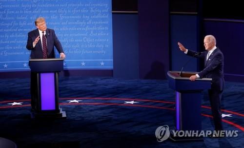미 대선 첫 TV토론 참석한 트럼프-바이든 [로이터=연합뉴스 자료사진]