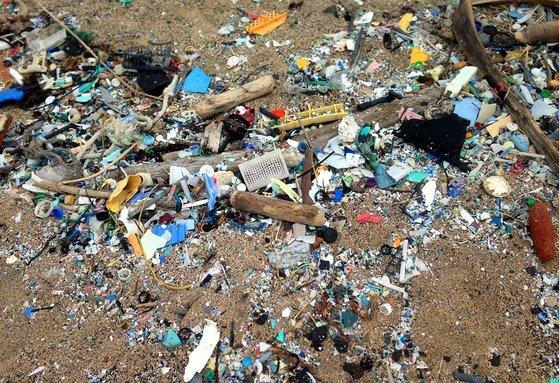 미국 하와이 해변에 쌓여있는 플라스틱 조각들. AP=연합뉴스