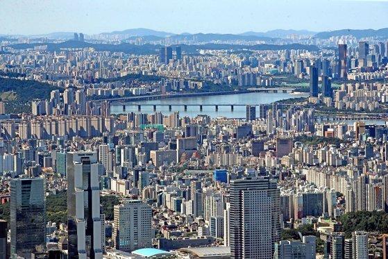 KB부동산 통계에 따르면 9월 서울 아파트 매매 평균 가격이 10억원을 넘어섰다. 연합뉴스