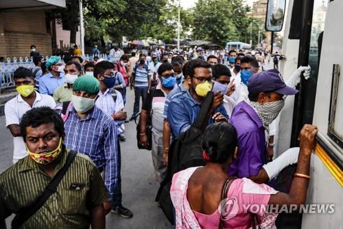 인도 콜카타에서 장거리 버스를 타는 주민들. [AP=연합뉴스]