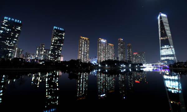인천 송도 일대의 대형 건물들이 밤을 밝히고 있다. / 경향신문 자료사진
