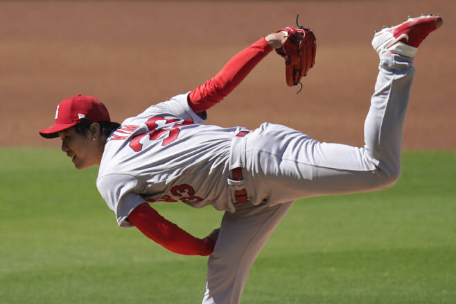 St. Louis Cardinals starting pitcher Kwang-Hyun Kim works against a San Diego Padres batter during the first inning in Game 1 of a National League wild-card baseball series, Wednesday, Sept. 30, 2020, in San Diego. (AP Photo/Gregory Bull)        <저작권자(c) 연합뉴스, 무단 전재-재배포 금지>