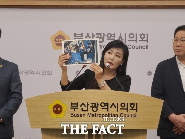 피해자측 김소정 변호사가 지난 8월 12일 부산시의회에서 민주당 소속 한 시의원이 식당에서 여성 피해자 중 1명의 어깨에 손을 얹고 있는 모습이 담긴 CCTV 영상을 공개하고 있다. /부산=조탁만 기자