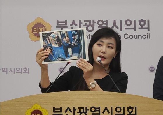 김소정 변호사가 지난 8월 12일 오전 부산시의회에서 기자회견을 열고 당시 더불어민주당 소속 A 부산시의원의 강제추행 정황을 설명하고 있다. 이은지 기자