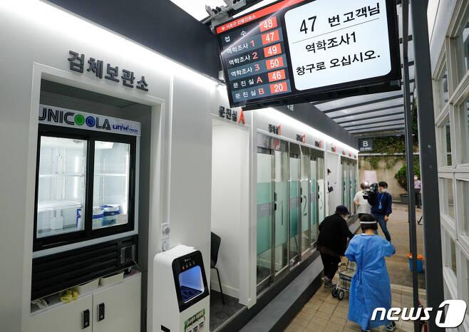 서울 서초구 보건소 옆에 마련된 신종 코로나바이러스 감염증(코로나19) 언택트 선별진료소에서 의료진이 이동하고 있다. 2020.9.16/뉴스1 © News1 안은나 기자