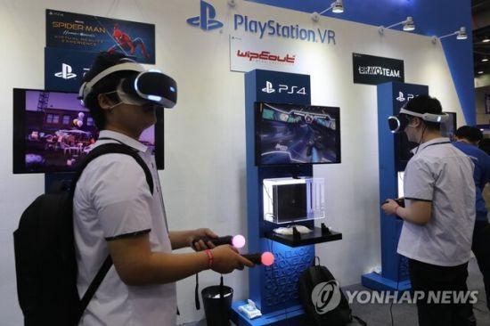 경기도 고양시 킨텍스에서 열린 플레이엑스포(PlayX4)가 관람객들이 플레이스테이션 VR게임을 체험하는 모습. 사진은 기사 중 특정표현과 무관함. [이미지출처=연합뉴스]