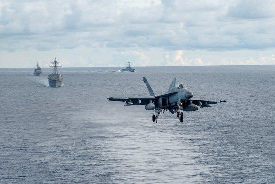 지난 7월 남중국해에서 이뤄진 훈련 중 미 해군 레이건함에서 출격하는 F/A-18E 슈퍼호넷 전투기 [미 해군]
