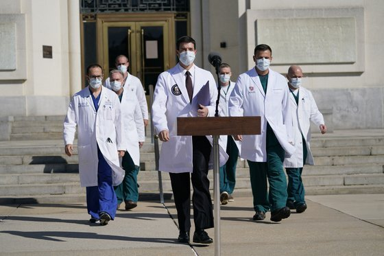 숀 콘리 주치의는 5일 월터리드 군병원 앞에서 기자회견을 열었다. 그는 구체적인 정보는 제공하지 않은채 트럼프 대통령이 퇴원해도 된다고 밝혔다. [AP=연합뉴스]