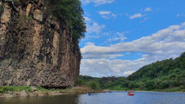 연천군은 유네스코 세계지질공원 등재를 기념해 10월 중순부터 한탄강 일대에서 카약체험을 선보일 계획이다./사진제공=GnC21