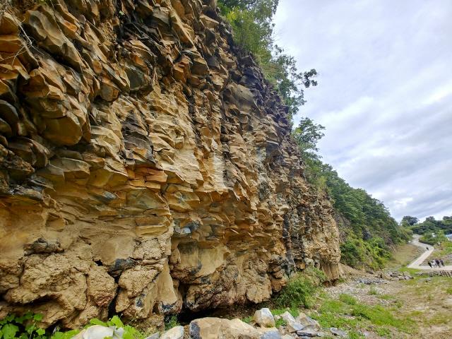 백의리층은 50만년 전후의 지층을 한꺼번에 볼 수 있는 곳으로 한반도 지형의 속살을 그대로 드러내고 있다. 총 5개의 지층 가운데 제일 아랫부분은 한탄강 바닥인 자갈층으로 과거 이곳에 한탄강이 흘렀음을 증명한다.