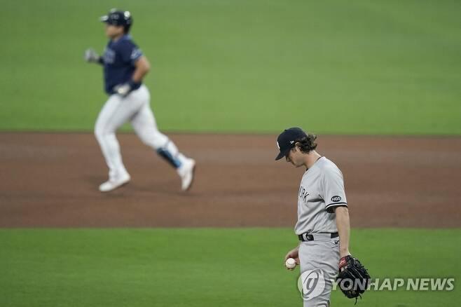 최지만에게 홈런 얻어맞은 게릿 콜 (샌디에이고 AP=연합뉴스) 뉴욕 양키스 우완 선발 게릿 콜이 6일(한국시간) 미국 샌디에이고 펫코 파크에서 열린 아메리칸리그 디비전시리즈 1차전에서 4회말 최지만에게 투런 홈런을 얻어맞은 뒤 고개를 숙인 채 자책하고 있다.