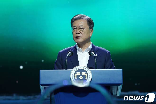 문재인 대통령이 지난 9월24일 오후 경기도 김포시 민간 온라인 공연장인 '캠프원'에서 열린 디지털뉴딜 문화콘텐츠산업 전략 보고회에서 연설을 하고 있다. © News1 DB