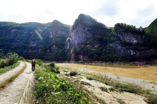 한 여행객이 동강 물줄기를 따라 오지마을을 찾아가고 있다