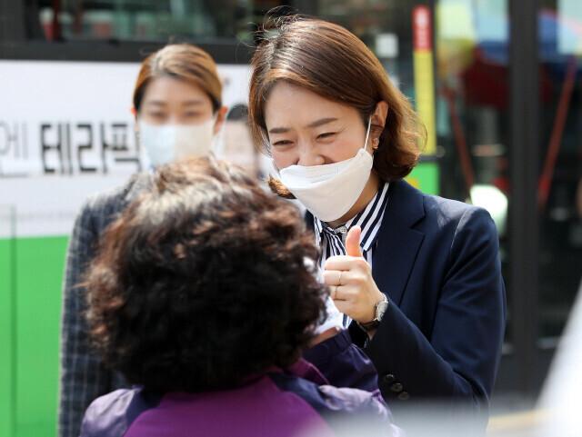 지난 4월 제21대 국회의원 서울 광진을에 당선된 고민정 더불어민주당 의원이 당선 인사를 하고 있다. 공동취재사진단