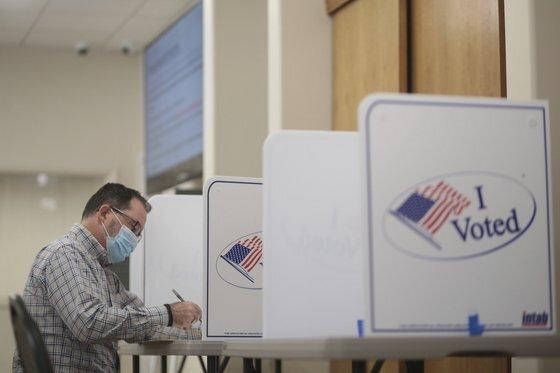 미국 아이다호주에서 6일(현지시간) 한 유권자가 사전 투표를 하고 있다. [연합뉴스]