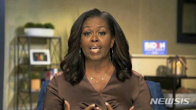 [AP/뉴시스] 버락 오바마 전 미국 대통령의 부인인 미셸 오바마 여사가 17일(현지시간) 화상으로 진행된 미국 민주당 전당대회에서 연설을 하고 있다. 그가 이날 착용한 '투표(VOTE)'라 쓰인 목걸이는 아프리카계 미국인이 소유한 액세서리 업체에서 맞춤 제작한 것으로 확인됐다. 2020.8.18.