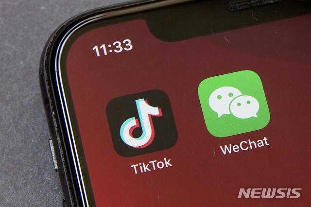 [베이징=AP/뉴시스]지난 8월7일 베이징의 스마트폰 화면에 틱톡(왼쪽)과 위챗(왼쪽)의 애플리케이션(앱) 아이콘이 보인다. 2020.10.08.