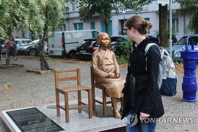 베를린 거리에 설치된 소녀상을 바라보는 시민 (베를린=연합뉴스) 이광빈 특파원 = 지난 25일(현지시간) 독일 수도 베를린에 설치된 '평화의 소녀상'을 지나가던 시민이 바라보고 있다. 2020.9.27 lkbin@yna.co.kr