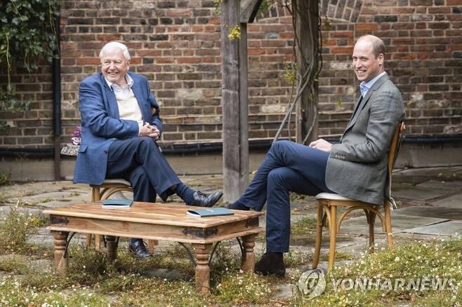 '어스샷'에 대해 논의하는 영국 윌리엄 왕세손(오른쪽)과 데이비드 애턴버러 경 [AP=연합뉴스]