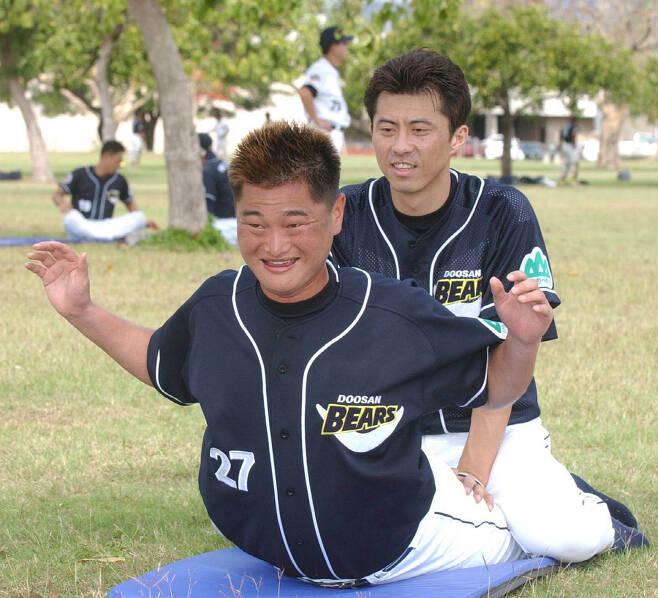 2003년 두산의 호놀루루 전지훈련 당시의 박명환 과 손혁 감독
