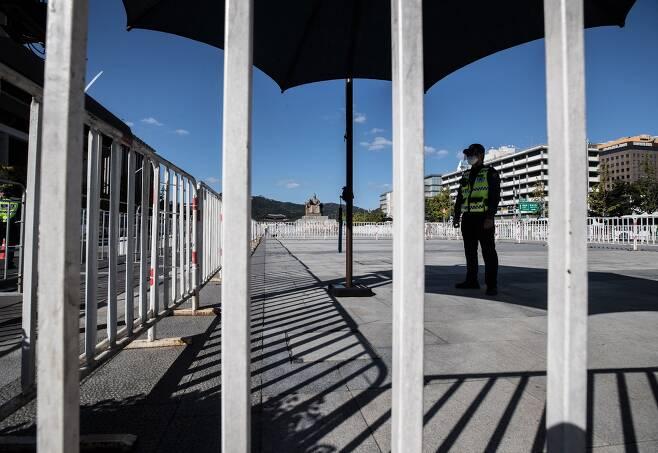 한글날인 9일 서울 광화문광장에 차벽과 펜스가 설치되어 있는 가운데 세종대왕 동상 인근에서 경찰들이 근무를 서고 있다./ 고운호 기자