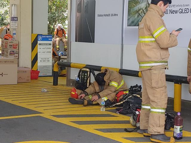 이날 화재 현장 주변에서 오전 진압을 마친 한 소방관이 대피소에서 휴식을 취하고 있다.