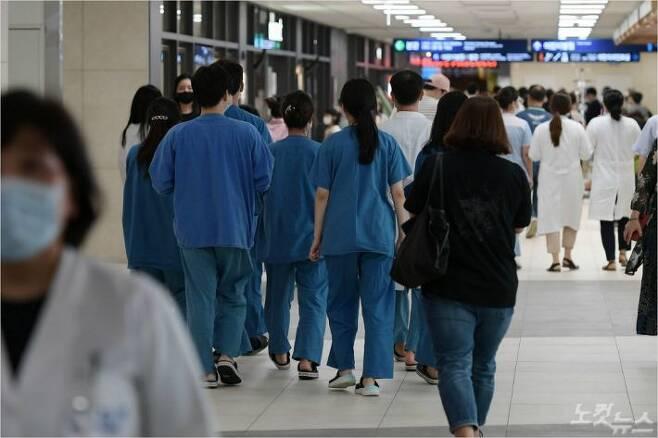 서울 시내 한 대학병원에 환자들로 붐비고 있다. 이한형기자