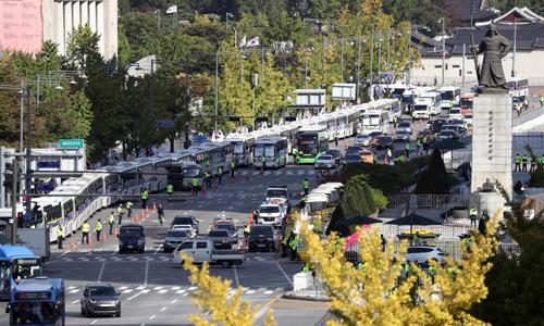 한글날인 9일 경찰이 서울 광화문 광장에서 차벽을 설치해 집회를 차단하고 있다. 뉴시스