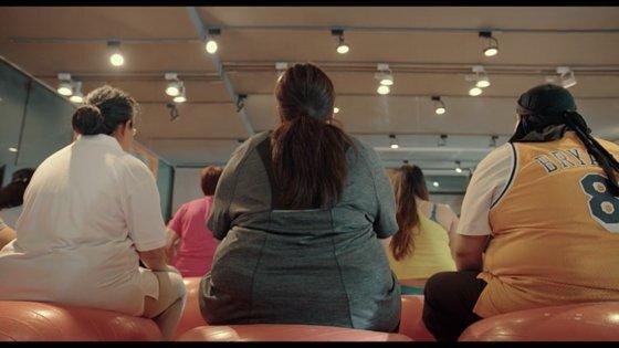 영화 '나는 살을 빼기로 결심했다'의 한 장면. 주인공 장잉주안'(가운데)이 엄마의 구박에 못 이겨 다이어트 센터를 찾은 모습입니다. 사진 영상 캡처