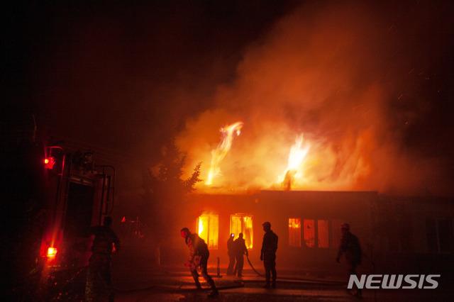 [스테파나케르트=AP/뉴시스]지난 6일 아제르바이잔의 나고르노-카라바흐 자치주 주도 스테파나케르트에 서 소방관들이 포격으로 불이 난 건물의 화재 현장에서 대응하고 있다. 2020.10.10.