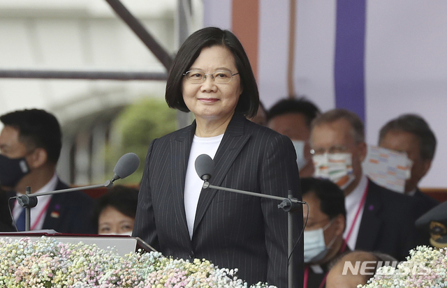 [타이페이=AP/뉴시스]차이잉원 대만 총통이 10일 쌍십절 기념 행사에서 연설에 나선 모습. 2020.10.10.