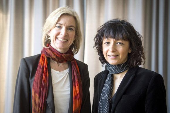 2020 노벨화학상 공동 수상자 다우드나ㆍ샤르팡티에 - 올해의 노벨 화학상 공동 수상자로 결정된 미국의 제니퍼 A.다우드나(왼쪽)와 프랑스의 에마뉘엘 샤르팡티에(오른쪽)가 2016년 3월 독일 프랑크푸르트에서 함께 찍은 사진. 스웨덴 왕립과학원 노벨위원회는 7일(현지시간) 이들 두 여성학자를 올해의 화학상 수상자로 선정했다고 밝혔다. 두 학자는 유전자 편집 연구에 기여한 공로를 인정받았다. 2020.10.7 AP 연합뉴스