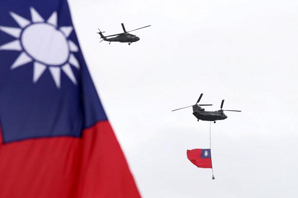 Helicopters fly over President - 10일 신해혁명 기념일인 국경일(쌍십절)을 맞아 대만 총통 공관 상공에서 헬리콥터들이 대만 깃발을 펼쳐보이고 있다. 2020.10.10. AP 연합뉴스