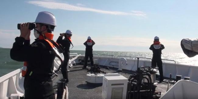 9월 25일 해양경찰이 경비함에서 북한군에 피격 사망한 해양수산부 어업지도선 공무원 시신 및 유류품을 수색하고 있다. [인천해경 제공]