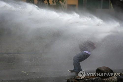 인도네시아 경찰이 쏜 물대포 맞는 시위대 [로이터=연합뉴스]