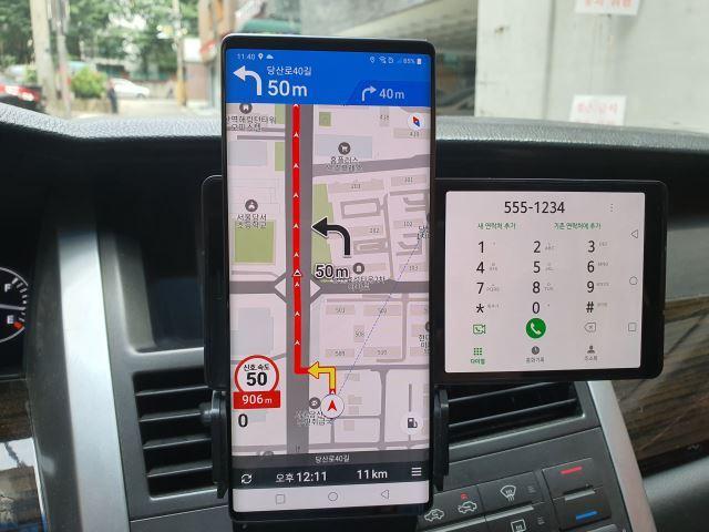 운전 중 내비게이션 앱을 사용하는 동시에 세컨드 스크린을 통해 전화를 걸거나 받는 것이 가능하다. 김성훈 기자