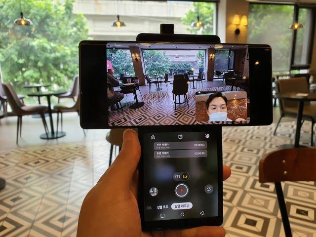 스위블 모드에서는 전·후면 카메라로 동시 촬영이 가능한 '듀얼 레코딩' 기능을 쓸 수 있다. 김성훈 기자