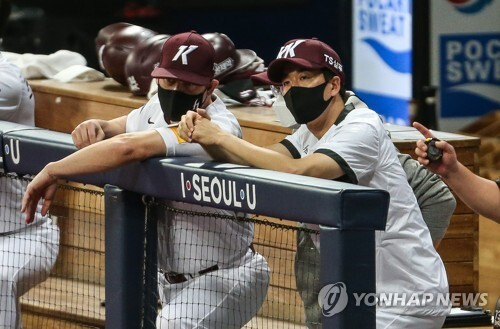 성적부진을 이유로 전격 자진사퇴를 발표한 손혁 전 키움 감독이 경기를 지켜보고 있다.