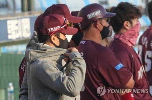 지난 9일 대전 한화생명 이글스파크에서 열린 키움-한화전에서 김창현(왼쪽) 키움 감독 대행이 경기를 바라보며 옷깃을 여미고 있다.