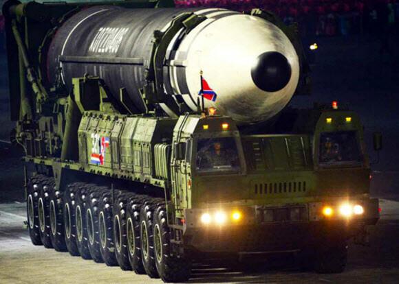 북한이 10일 노동당 창건 75주년 기념 열병식에서 미 본토를 겨냥할 수 있는 신형 대륙간탄도미사일(ICBM)을 공개했다. 신형 ICBM은 화성-15형보다 미사일 길이가 길어지고 직경도 굵어졌다. 연합뉴스