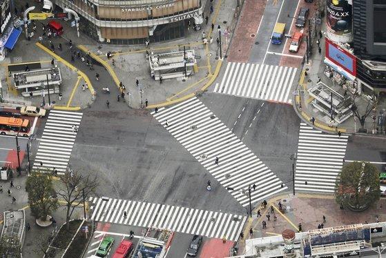 일본 도쿄도가 주말 외출 자제를 요청한 첫날인 지난 3월 28일 도쿄 시부야(澁谷)의 명소 스크램블 교차로에 인적이 없어 한산한 모습이다. [연합뉴스]