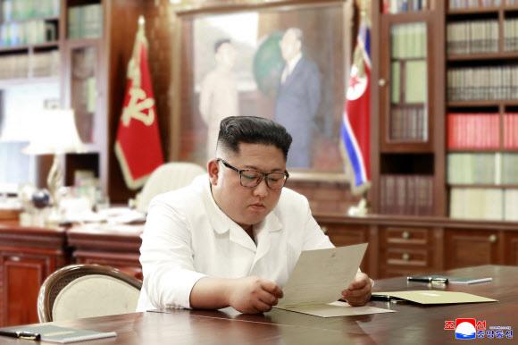 - 김정은 북한 국무위원장이 집무실에서 도널드 트럼프 미국 대통령의 친서를 읽고 있는 모습을 23일 조선중앙통신이 보도했다. 평양 조선중앙통신 연합뉴스