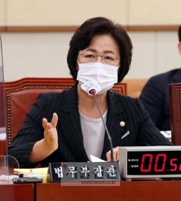 - 추미애 법무부 장관이 12일 국회 법사위에서 열린 국정감사에서 의원의 질의에 답하고있다. 2020. 10. 12 오장환 기자5zzang@seoul.co.kr