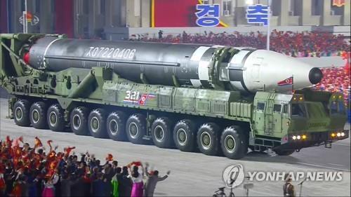 북한, 당 창건일 열병식서 신형 ICBM 공개 (서울=연합뉴스) 북한이 10일 노동당 창건 75주년 기념 열병식에서 미 본토를 겨냥할 수 있는 신형 대륙간탄도미사일(ICBM)을 공개했다. 조선중앙TV가 보도한 화면을 보면 신형 ICBM은 화성-15형보다 미사일 길이가 길어지고 직경도 굵어진 모습이다. 바퀴 22개가 달린 이동식발사대(TEL)가 신형 ICBM을 싣고 등장했다.[조선중앙TV 화면] 2020.10.10       [국내에서만 사용가능. 재배포 금지. For Use Only in the Republic of Korea. No Redistribution]