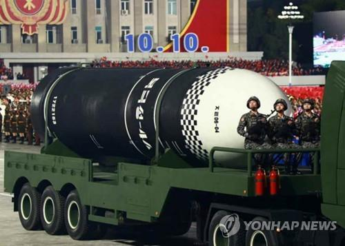 북한 열병식서 신형 SLBM '북극성-4A' 공개 (서울=연합뉴스) 북한은 10일 노동당 창건 75주년 기념 열병식에서 지난해 개발한 발사관 6개를 탑재한(6연장) 신형 잠수함발사탄도미사일(SLBM)도 공개했다. 북한 중앙TV에 나온 신형 SLBM 동체에 '북극성-4A'로 추정되는 글씨가 찍혀 있었다. 최초 SLBM인 북극성-1형이나 작년 발사한 북극성-3형보다 직경이 약간 커진 것으로 추정되며, 북한이 건조 중인 것으로 추정되는 3천t급 잠수함이나 4천∼5천t급 잠수함 탑재용으로 보인다. 노동신문에 실린 사진. 2020.10.10  [노동신문 홈페이지 캡처. 재판매 및 DB 금지]       nkphoto@yna.co.kr