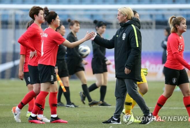 콜린 벨 감독과 여자 축구대표팀 선수들 [연합뉴스 자료사진]