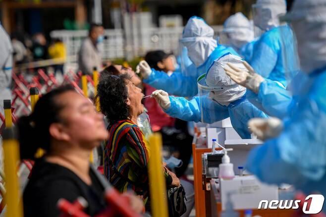 12일 중국 칭다오에서 코로나19 검사가 실시되고 있다.  © AFP=뉴스1