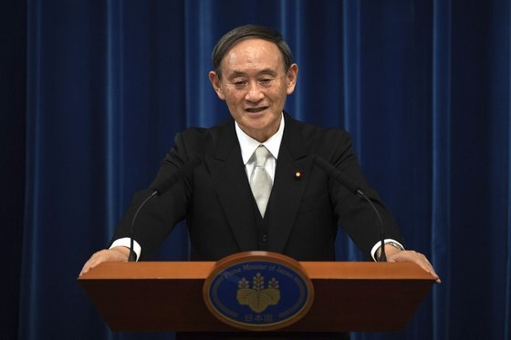 일본 정부가 강제징용 문제에 대한 수용 가능한 조치가 없을 경우 스가 요시히데(菅義偉) 총리가 연말 한·중·일 정상회의에 불참하겠다는 입장을 한국 측에 전달했다고 교도통신이 12일 보도했다. [AP=연합뉴스]