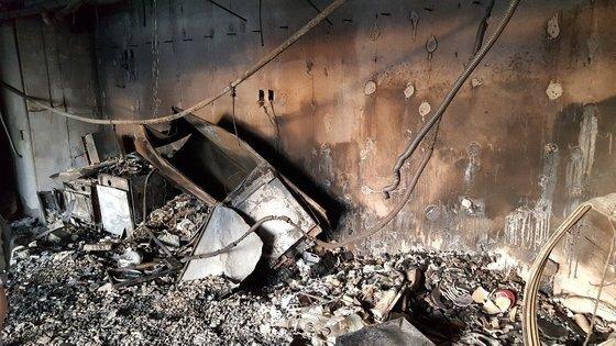 지난 8일 발생한 대형 화재로 큰 피해를 본 울산시 남구 삼환아르누보 주상복합아파트의 내부 모습. 연합뉴스 독자제공.